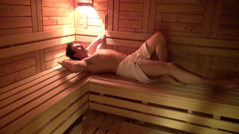 Mann in Sauna