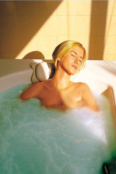 Frau entspannt in Badewanne